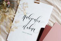 wypisz sama swoje zaproszenia, winietki, koperty - wszystko dzięki arkuszowi do nauki kaligrafii ślubnej. pomoże Ci ćwiczyć piękne litery, które potem wykorzystać, żeby zachwycić siebie i swoich Gości!  #ślub #inspiracjeślubne #wesele #dodatkiweselne Studio, Studios