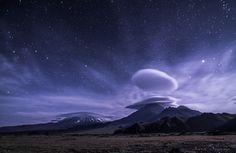 Estrellas y nubes caprichosas decoran los volcanes de Kamchatka, Rusia (Vladimir Volich)