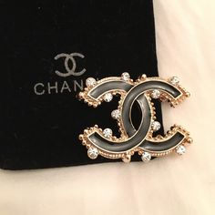 Brooche Gorgeous chanel brooch. Gold plated and crystals. CHANEL Jewelry Brooches