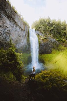 There are so many waterfalls in Oregon to explore, there's one to see no matter where you travel in the state! We're sharing the most famous Oregon waterfalls here, with tips, maps, and downloadable bucket lists to print too! #oregon #PNW #oregonstate #PacificNorthwest #portland #waterfalls Oregon Road Trip, Oregon Travel, Travel Usa, Famous Waterfalls, Oregon Waterfalls, Hiking Photography, Photography Tips, Cannon Beach, Pacific Northwest