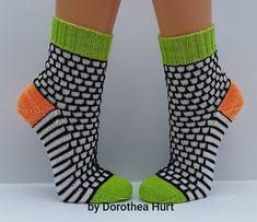 Nämä sukat kudoin jo heinäkuussa Siitä lähtien on niiden pitsineuleen& Wool Socks, Knitting Socks, Hand Knitting, Fingerless Mittens, Knitting Projects, Tweed, Needlework, Knitwear, Textiles