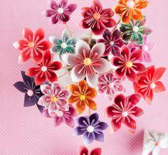 Näin askartelet origamikukkia: http://www.kodinkuvalehti.fi/artikkeli/koti/tee_se_itse/askartele_hurmaavia_paperikukkia