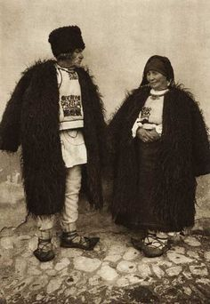 Popular Folk Embroidery Snapshots of Dress in Old Romania - One Who Dresses Folk Embroidery, Learn Embroidery, Floral Embroidery, Embroidery Designs, Folk Costume, Costumes, Gorilla Suit, Wooly Bully, City People