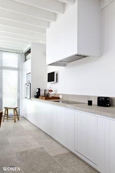 Stijlvol Wonen: het magazine voor warm-hedendaags wonen - ontwerp: Oscar V - fotografie: Sarah Van Hove #blackwhite #keuken #natuursteen