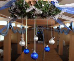 оформление потолка шарами и новогодними еловыми венками