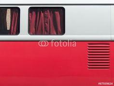 Diskrete weinrote Vorhänge eines VW T1 Wohnmobils aus den Fünfziger Jahren in Wettenberg Krofdorf-Gleiberg