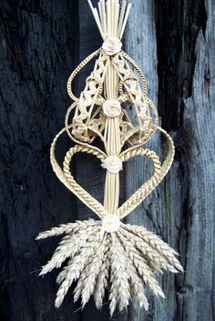 . Corn Dolly, Straw Weaving, Deco Champetre, Fall Wreaths, Country Living, Plant Hanger, Sculptures, Carving, Handmade