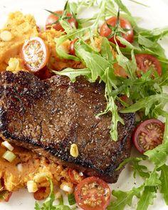 Deze combinatie van de licht pittige zoete aardappelpuree met de rundersteaks met sojasaus is verrassend en overheerlijk! Een echt fusion-gerecht.