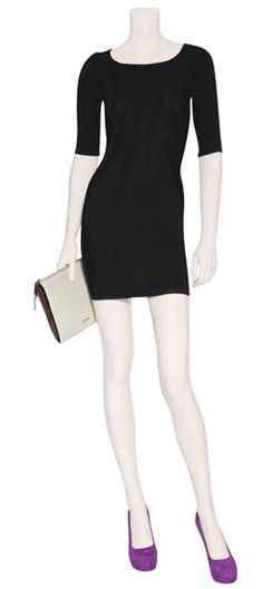 Vestido de venda hecha punto en color negro by Faith Connexion. Clutch de piel tipo sobre en color tiza by Jil Sander. Zapatilla de gamuza en color purpura by Diane Von Fürstenberg.