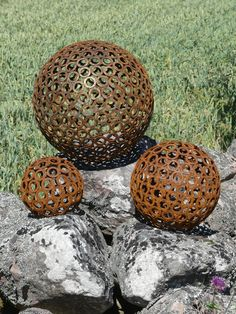 metal spheres made of discarded washers Outdoor Sculpture, Garden Sculpture, Recycled Metal Art, Fire Pit Landscaping, Garden Works, Metal Garden Art, Steel Art, Garage Art, Steel Sculpture