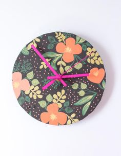Tick tock, it's glam o'clock! Step in time with this #DIY wrapping paper clock upcycle!