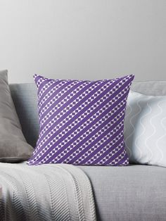 pantone color of the year: It may seem difficult and you might think the ultra violet color by Panton does not look good in your interior design. Think again! Scroll down to see some pieces and ambiances that will prove you different.