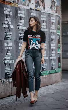 Black graphic t-shirt+grey cropped jeans+leopard print flats+brown leather and shearling jacket. Fall Casual Outfift 2017