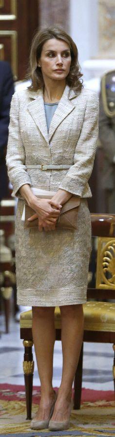 Doña Letizia en la misa en recuerdo del alma de Don Juan de Borbón en el Palacio Real. El top de seda con el que lo ha combinado es de Mango. Ya se lo hemos visto en otras ocasiones también. 20 de junio de 2013