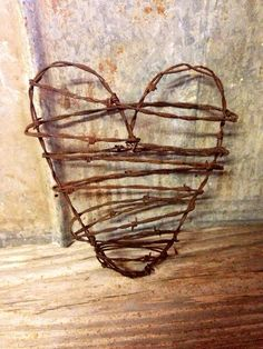Hand crafted rusty barbed wire heart - Approximately Have barbed wire up near well! Barbed Wire Decor, Barbed Wire Wreath, Barb Wire Crafts, Metal Crafts, Chicken Wire Art, Horseshoe Crafts, Rustic Crafts, Repurposed Items, Valentines
