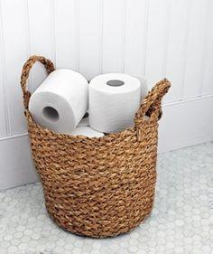大きいバスケットは、バスルームで トイレットペーパーの収納に。