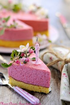 Strawberry bavarian (sponge with strawberry mousse layer) Just Desserts, Delicious Desserts, Yummy Food, Sweet Recipes, Cake Recipes, Dessert Recipes, Cake Cookies, Cupcake Cakes, Cupcakes