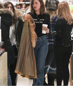 Dakota Johnson and Kate Hudson and mothers Christmas shop in Aspen Estilo Dakota Johnson, Dakota Johnson Street Style, Dakota Style, Dakota Mayi Johnson, Fashion Idol, Fashion Outfits, Dakota Jhonson, Casual Fall Outfits, Models