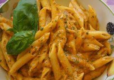Avete dei peperoni ma non volete preparare la solita peperonata? Provate le pennette rigate con crema di peperoni e basilico. Ecco la ricetta perfetta! No Salt Recipes, Pasta Recipes, Cooking Recipes, Rainbow Pasta, Gnocchi Pasta, Pesto, Aglio Olio, Vegetarian Recipes, Healthy Recipes