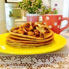 Pancake al farro e gocce di cioccolato con mandorle fichi datteri noci e miele
