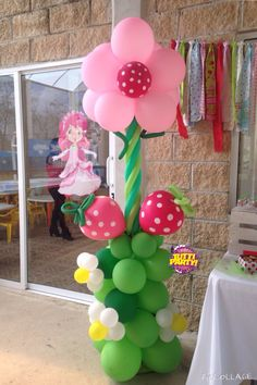 Flowers and strawberry shortcake column Rosita fresita Decoracion con globos