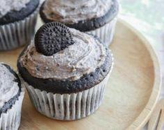 Cupcakes au chocolat et crème aux cookies Oreo® : http://www.fourchette-et-bikini.fr/recettes/recettes-minceur/cupcakes-au-chocolat-et-creme-aux-cookies-oreor.html