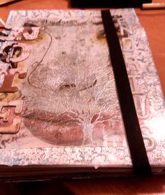 Nuevo cuaderno. Agenda para el cole de Andrea, tiene un poco de todo, decoupage, pintura, embossing y mucho mucho scrap!!. Esta es la portada principal que lleva un plástico que protege la agenda.
