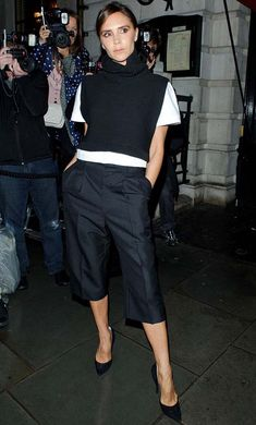 Look de Victoria Beckham com calça culotte preta.