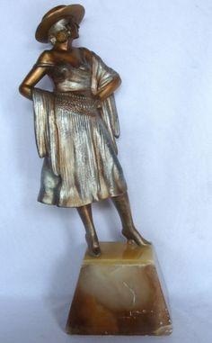 Estatueta em petit bronze sobre base em alabastro de espanhola, com selo Made in Austria, altura tot