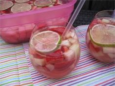 Erdbeer-Melonen-Bowle  Rezept: Erdbeeren,Honigmelone,Zucker,Limetten,Roséwein,Sekt,Liter,Eiswürfel