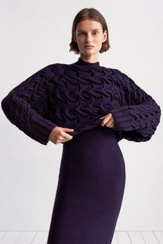 TSE Pre-Fall 2018 Fashion Show Collection: See the complete TSE Pre-Fall 2018 collection. Look 36 Autumn Fashion 2018, Fall Fashion Trends, Trendy Fashion, Fashion Looks, Fashion Women, Knitwear Fashion, Knit Fashion, 1940s Fashion, Fashion News