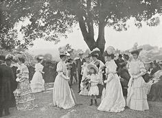 Garden Party chez Mme Rodocanachi, (Someday I will have a garden party! Vintage Pictures, Old Pictures, Old Photos, Edwardian Era, Edwardian Fashion, 1900s Fashion, Historical Clothing, Historical Photos, 1900 Clothing