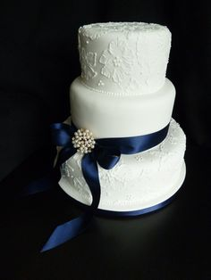 Its the first time ive done this brush embroidery painted flowers in royal icing technique – think it worked out well, and the customer was very happy. I delivered and set it up in the Vermont Hotel in Central Newcastle. Wedding Cake With Painted Details