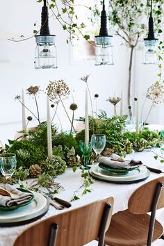 Festive Holiday Inspiration - Pretty Christmas Table Decorations - A Cheery Mind Christmas Table Settings, Christmas Table Decorations, Decoration Table, Green Decoration, Table Arrangements, Flower Arrangements, Table Verte, Deco Table Noel, Green Table