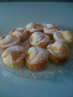 Muffin sofficissimi alle mele 1uovo intero-5 cucchiai di zucchero-1pizzico di sale-il succo di 1 limone-2 bicchieri di farina -60 gr di margarina-1 bustina di lievito vanigliato- 4-5 cucchiai di latte -1 mela- zucchero a velo decorare uovo, zucchero e succo di limone+ sale, margarina e latte.poi farina e lievito Riempire a metà gli stampini, adagiare dei pezzettini di mela e spolverizzare con dello zucchero semolato.Infornare a 170°(statico) per15 minuti... zucchero a velo.... Muffin Recipes, Apple Recipes, Sweet Recipes, Cake Recipes, Dessert Recipes, Italian Desserts, Italian Recipes, Muffins, Cupcakes