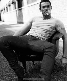 Luke Evans por Zeb Daemen para Essential Homme http://www.twotogoplease.com/blog/