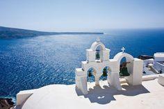 Vue sur la grande bleue depuis le clocher de Santorini. #croisière #croisirenet.com #voyage #Ilesgrecques #croisièreméditerannée
