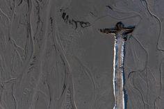 Déchets provenant du procédé d'extraction du cuivre au lac Iron Bridge, et ceux appartenant à KGHM Polska Miedz, une des plus grandes sociétés dans le monde dans la production de cuivre et d'argent, dans la province de Polkowice, Pologne.Les signes de la civilisation humaine sont clairement visibles dans le paysage. On les retrouve dans les centrales électriques, les décharges et sous forme de substances toxiques dans le sol.