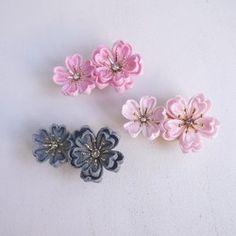 ※受注制作になります※ご注文から最長で7日間ほど作成にお時間を頂戴しますことをご了承いただいた上でご購入をお願い致します。お急ぎの場合はできる限り対応させていただきますので、※ご購入の前に※ご相談いただきますようお願い致します。つまみ細工の桜のコームです。かわいらしい桜貝色の桜の花を大小5輪あしらって華やかに仕上がりました。アクセントとしてがくはローズがかった桜色を使用していますので大人っぽい印象です。花芯にはローズピンクのスワロフスキーがキラキラ輝きます。卒業式や入学式などイベントに、春のお出かけに是非どうぞ。謝恩会や結婚式などのドレスアップにもいかかでしょうか。夏の浴衣にも♪生地はやわらかな光沢のある一越ちりめんを使用しておりますので、お着物に合わせていただきやすいと思います。サイズ: 横8cm × 縦 7㎝ (コーム金具:横6cm)★一越ちりめん(レーヨン100%)を使用して作ったつまみ細工です。水に弱く、繊細な商品です。お取り扱いには十分お気を付けください。★花びら一枚一枚手作りしています。出来る限り同じように作ろうと努めていますが、花によって表情が違ったり、...