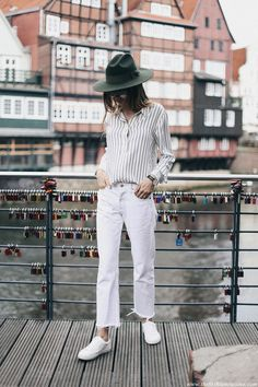 White straight leg levis 501 jeans with classic sneakers outfit ideas luneburg