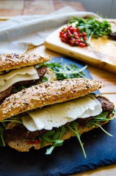 ¿Quién dice que comer bocatas es aburrido? Con unos pocos ingredientes podrás hacer un delicioso pepito de ternera que no tendrá nada que envidiar al resto de comidas caseras