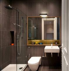 mini salle de bain avec carrelage en noir et blanc