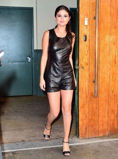 Selena Gomez com macaquinho de couro preto.