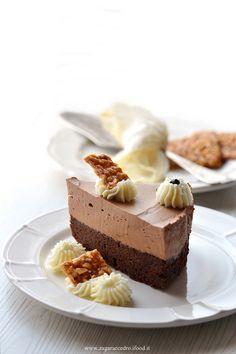 Torta Brownies con mousse al cioccolato e croccante di nocciole http://www.zagaraecedro.ifood.it/2017/06/torta-brownies-e-mousse-al-cioccolato.html