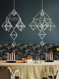 Himmeli on samaan aikaan perinteinen ja moderni koriste. Himmelistä on tullut trendikäs, ja suomalaisia himmeleitä askarrellaan myös ulkomailla. Tämä näyttävä paperipilleistä tehty himmeli rakentuu...
