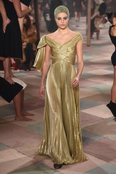 Maria Grazia Chiuri showed her spring 2019 haute couture collection for Christian Dior in Paris. See every look here. Dior Haute Couture, Couture Christian Dior, Style Couture, Haute Couture Dresses, Home Fashion, Fashion Week, Fashion Beauty, Women's Fashion, Givenchy