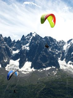 Chamonix paragliding- I DID THIS! top 2 most amazing experiences of my life Adrenaline Sports, Chamonix Mont Blanc, Creative Cv, Travel Through Europe, Paragliding, How To Be Likeable, Beautiful Dream, Outdoor Adventures, Beautiful Buildings