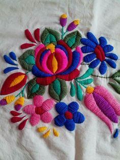 Latest Trend In Embroidery on Paper Ideas. Phenomenal Embroidery on Paper Ideas. Chain Stitch Embroidery, Hand Work Embroidery, Learn Embroidery, Crewel Embroidery, Hand Embroidery Patterns, Ribbon Embroidery, Mexican Embroidery, Hungarian Embroidery, Embroidery Techniques