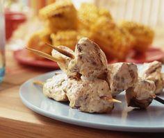 Recette : brochettes de poulet épicées. Laissez mariner votre poulet pour des brochettes tendres et savoureuses cuites sur le barbecue.
