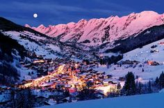 The biggest ski resort near Annecy, la Clusaz, is only away and is very well connected to the city (you can even go by car or by bus). Vacation Destinations, Dream Vacations, Oh The Places You'll Go, Places To Travel, Lake Annecy, Stations De Ski, Chamonix, French Countryside, French Alps